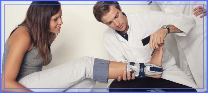 ортопед осматривает вальгус